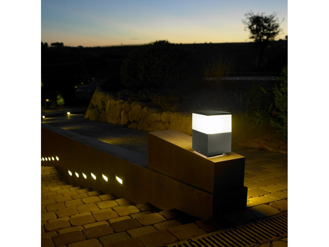 Juvi iluminaci n baliza cuadrada gris 15cm leds c4 for Balizas iluminacion exterior